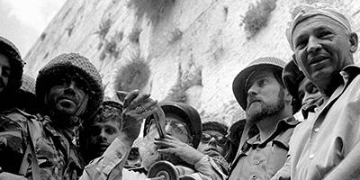 Rabbi Shlomo Goren blows a shofar at the Western Wall
